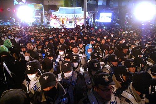 1일 새벽 서울 종로 보신각에서 2009년 새해를 알리는 타종식이 수천명의 경찰병력에 둘러싸인 채 진행되고 있다.