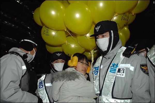 일제고사 대신 학생들과 체험학습을 보장하다 해직당한 최혜원 교사가 31일 저녁 종로 보신각 인근에서 시민들에게 풍선을 나눠주기 위해 장소를 이동하려 하자 경찰이 이를 가로 막고 있다.