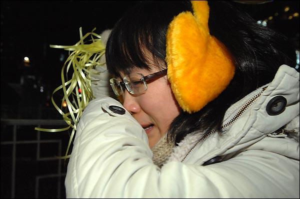 """최혜원 교사가 31일 저녁 종로 보신각 인근에서 시민들에게 풍선을 나눠주기 위해 장소를 이동하다 경찰이 '풍선은 시민의 안전을 위험하는 물건""""이라며 가로 막자 서러움이 복받친 듯 눈물을 흘리고 있다."""