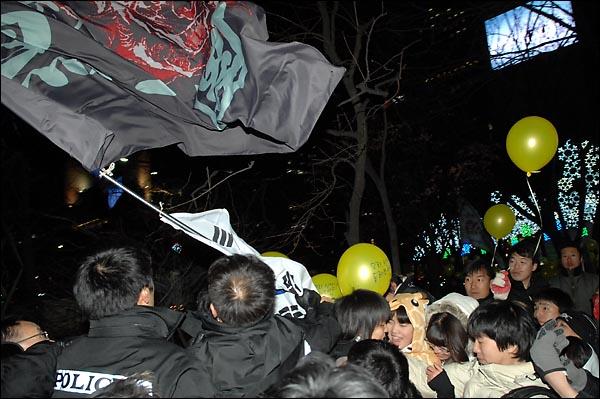 경찰이 31일 밤 종로 보신각 인근에서 한 인터넷 카페회원들의 들고있던 깃발과 태극기를 강제로 빼앗고 있다.