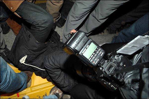 1일 새벽. 경찰이 타종 행사가 끝나기가 무섭게 시민들을 인도로 밀어내는 과정에서 한 인터넷TV 생중계를 담당하는 아나운서가 경찰에 밀려 넘어지고 있다. 경찰은 취재중인 여자 아나운서에게 계속 '아줌마 집이나 가'라며 조롱했다.