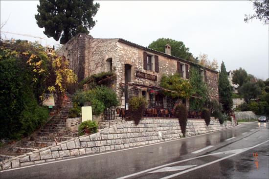 생폴 드 방스 초입에 있는 레스토랑 비외 물랭(Le Vieux Moulin). 프로방스식 전통요리를 맛볼 수 있는 곳이다.