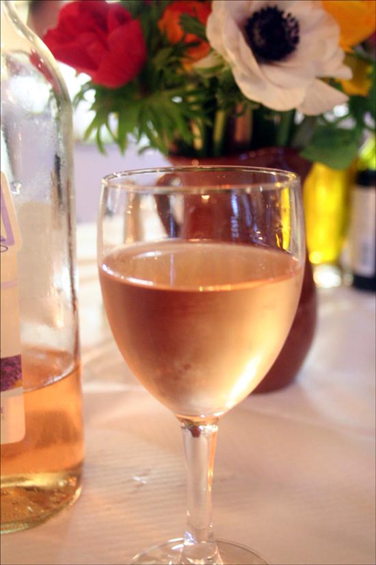 프랑스 식탁에서 와인이 없다면 향기없는 꽃과 같다