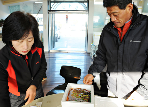 전국으로 돌산갓김치를 판매하고 있는  아내와 이훈제(55) 씨다. 상품화가 된것은 20년정도 되었단다.