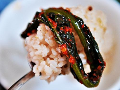 돌산갓김치를 밥에 턱 얹어 먹으면 알싸한 맛이 잃었던 입맛을 돋워준다.