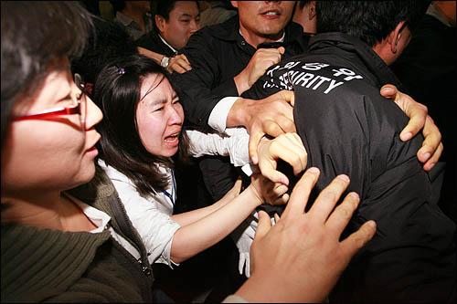 국회사무처가 국회 본회의장 입구에서 농성중인 민주당 당직자들과 보좌진에 대해 3일 오후 강제해산에 나서 농성단을 끌어내려는 국회 경위, 방호원들과 이를 저지하려는 당직자, 보좌진이 한데 뒤엉겨 격한 몸싸움을 벌이고 있다.