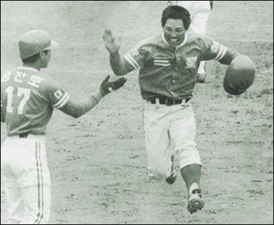 한국프로야구사상 첫 홈런 1982년 3월 27일 MBC청룡전, 이만수는 1회 사상 첫 안타를 때려낸 데 이어 5회에는 사상 첫 홈런을 때려내며 한국프로야구의 출발을 알렸다. 그 날 첫 홈런을 때린 공로로 받은 등가구 쇼파는 한국을 비운 10년 사이 누가 들고 갔는지 알 수가 없다고 했다.