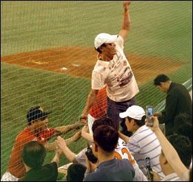 """이만수가 왔다 2007년 5월 22일, 저마다 등번호 22가 찍힌 빛바랜 유니폼을 꺼내 입고 앉아있던 대구구장 3루 쪽의 홈팬들이 원정팀 더그아웃을 향해 100송이의 장미꽃을 던졌다. 그리고 장난스런 """"이만수 홈런"""" 구호가 여기저기서 흘러나왔다."""