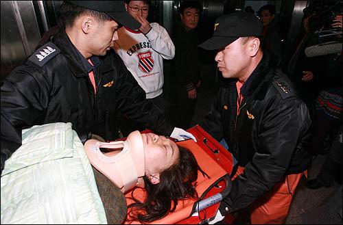 국회사무처가 국회 본회의장 입구에서 농성중인 민주당 당직자들과 보좌진에 대해 3일 오후 강제해산에 나서 농성단을 끌어내려는 국회 경위, 방호원들과 이를 저지하려는 당직자, 보좌진이 한데 뒤엉겨 격한 몸싸움을 벌였다. 심한 몸싸움 끝에 부상을 당한 민주당 당직자가 들것에 실려 병원으로 후송되고 있다.