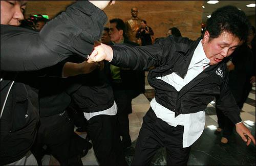 국회사무처가 국회 본회의장 입구에서 농성중인 민주당 당직자들과 보좌진에 대해 3일 오후 강제해산에 나서 농성단을 끌어내려는 국회 경위, 방호원들과 이를 저지하려는 당직자, 보좌진이 한데 뒤엉켜 격한 몸싸움을 벌이고 있다.