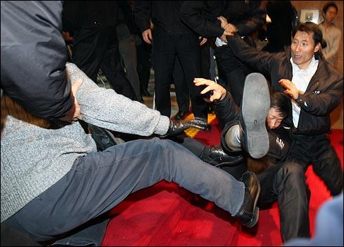 국회 사무처가 경위를 투입하여 국회 로텐더홀에서 농성중인 민주당의원과 당직자들을 강제해산시도에 나선 가운데 3일 밤 서울 여의도 국회에서 국회 경위들이 민주당 당직자를 끌어내다가 뒤엉켜 넘어지고 있다.