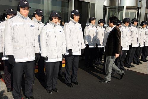 국회 사무처가 질서유지권을 집행하여 야당 의원, 당직자들이 경위들과 대치를 벌이고 있는 가운데 4일 오전 서울 여의도 국회의사당 정문 현관 앞에 경찰병력이 배치되어 출입통제를 하고 있다.