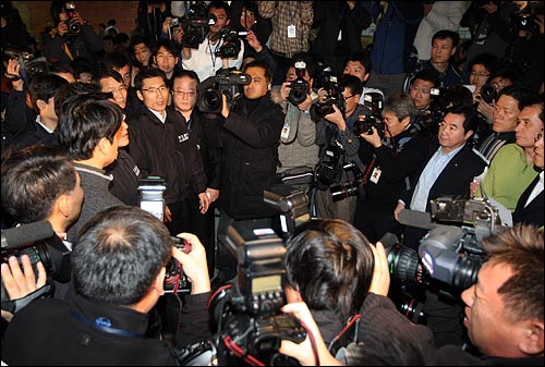 국회 사무처가 질서유지권을 집행하여 야당 의원, 당직자들이 경위들과 대치를 벌이고 있는 가운데 4일 오후 서울 여의도 국회 본회의장 앞에서 경위들이 민주당, 민주노동당 의원들에게 농성 해제를 요청하고 있다.