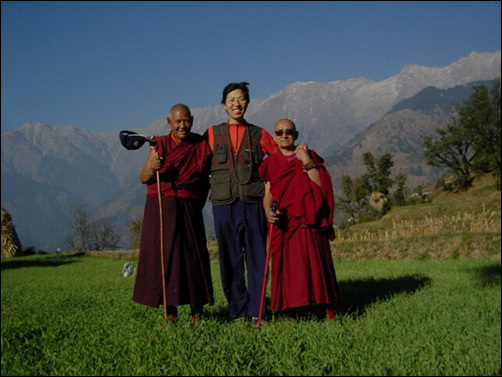 저자(조현)가 1년 동안 회사를 휴직하고 나를 찾아 떠난 길. 달라이 라마가 머물고 있는 히말라야 산간 도시 맥레오드 간지에서 티벳 승려들과 함께.