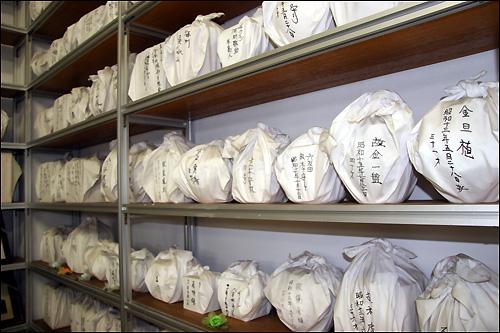 일본 기타큐슈 외곽에 위치한 영생원에 모셔져 있는 조선인 징용 노동자들의 무연고 유골. 해방 60년이 되도록 혼백마저 이국을 헤매고 있다.