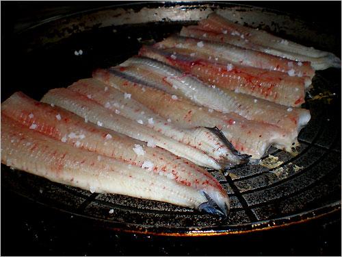 장어를 맛있게 굽는 방법은 불판을 잘 달군 다음에 손질된 장어를 올립니다.