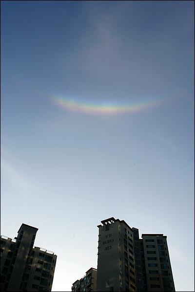 8일 오후 4시 50분께 서울 마포구 상암동 누리꿈스퀘어 하늘에서 목격된 무지개.