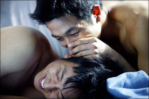 동성애를 소재로한 영화 <후회하지 않아>의 한 장면.