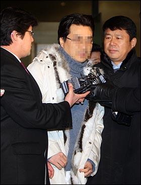 인터넷상에 허위사실을 유포한 혐의(전기통신기본법 위반)로 구속영장이 발부된 인터넷 논객 '미네르바' 박 모 씨가 10일 저녁 서울 서초동 서울중앙지검찰청을 나서며 기자들의 질문에 답하고 있다.