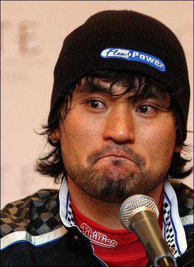 눈물 흘리는 박찬호 박찬호 선수가 13일 오전 서울 롯데호텔에서 열린 기자회견에서 WBC불참과 향후 대표팀 은퇴를 발표하며 아쉬움의 눈물을 흘리고 있다.