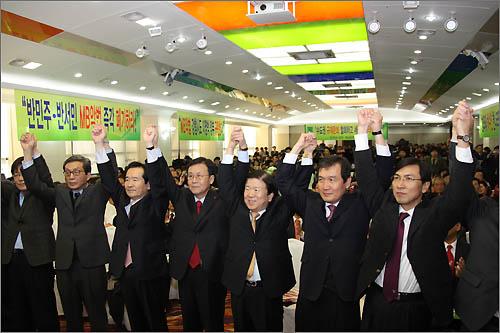 결의대회 참석자들이 손을 들어 인사하고 있다.
