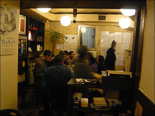 초저녁인데도 테이블에는 사람들이 모여앉아 모임을 갖고 있다.