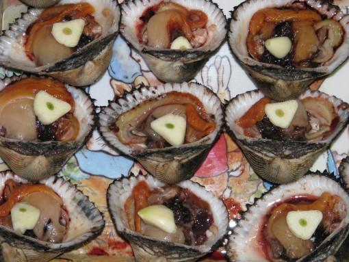 피조개먹는 방법 마늘, 고추와 함께 먹으면 비릿한 맛을 없앨 수 있다.