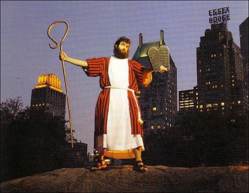 A. J. 제이콥스는 수염을 길게 기르고, 구약성경 시대 목자들의 복장을 하고, 샌들을 신고, 한 손에는 십계명 돌판과 다른 손에는 지팡이를 든 채 맨해튼 일대를 싸돌아다녔다.