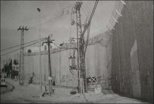 2002년 6월부터 서안지구는 720km의 장벽으로 둘러쳐지기 시작했다. 2004년 7월 국제사법재판소는 이스라엘의 장벽건설이 국제법 위반이라고 했고, 유엔도 장벽을 철거하라고 했다.