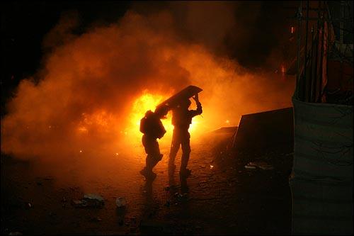 20일 새벽 서울 용산구 신용산역 부근 재개발 지역내 5층 건물 옥상에서 철거민들이 농성을 벌이는 가운데, 철거민들이 던진 화염병으로 불길이 치솟는 가운데 경찰특공대가 건물로 진입하고 있다.