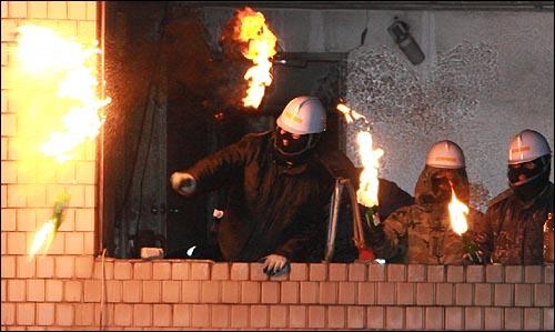 20일 새벽 서울 용산구 신용산역 부근 재개발 지역내 5층 건물에서 철거민들이 경찰을 향해 화염병을 던지며 저항하고 있다.