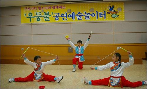 대만 남투시 가화초등학교 실팽이팀의 공연 가화초등학교의 실팽이팀이 09겨울우둥불공연예술놀이터의 개막식에서 축하공연을 하고 있다