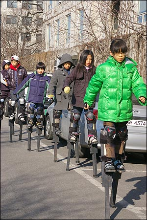 장다리 타는 아이들 09겨울우둥불에 참여한 아이들이 성공회대 교정에서 장다리를 타고 있는 모습