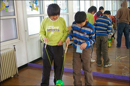 대만의 전래놀이 실팽이돌리기를 배우고 있는 한국 아이들 아이들이 대만의 전래놀이인 실팽이돌리기를 열심히 배우고 있다