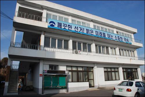사천시선거관리위원회는 지난 12일부터 사천지역에서 나돈 '강기갑 의원 탄원서'와 '조선일보 사설 전단지 살포 사건'에 대해 조사하고 있다.