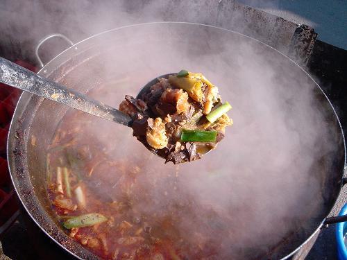 수구레국밥 할머니의 국자 놀림에 고춧가루가 선지와 수구레, 풋고추와 파, 간장이 뒤섞이고, 이내 칼칼한 냄새가 진동한다.