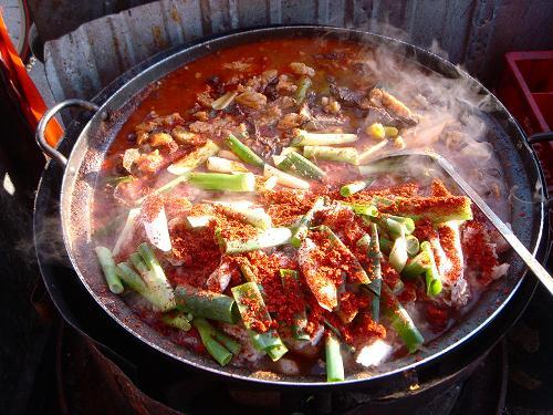 막 다시 끓이는 수구레국밥 수구레국밥은 수구레와 선지를 숭덩숭덩 잘라 가마솥에 넣고, 야채와 양념장은 눈짐작으로 팍팍 넣는다.
