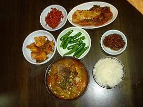 수구레국밥 차림상 수구레국밥에 나오는 반찬은 별난 게 없었으나 땡고추와 된장은 그 맛이 특별했다.