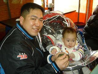 우영준 씨와 11개월 된 우지원 텔레비전 방송을 보고 이 가게를 찾았다는 우영준씨. 수구레국밥에 대한 그의 애찬은 남달랐다.