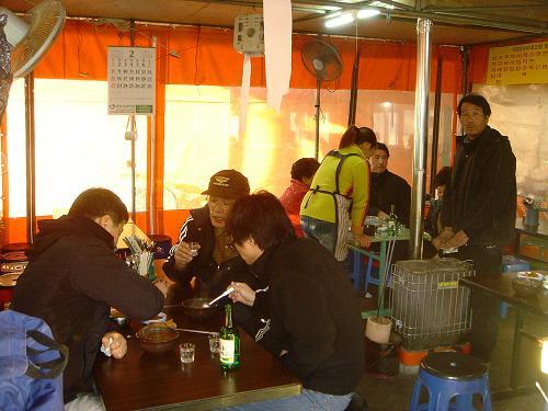 가게 안 손님들 때늦은 점심시간인데도 두런두런 수구레국밥을 찾는 사람들이 끊이지 않았다.