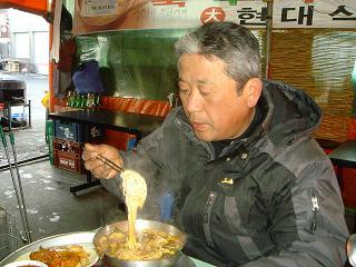 수구레국수를 즐기는 조재우씨 식당에서 만난 조재우씨는 수구레국수를 즐긴다고 한다. 그는 이 집 단골이다.