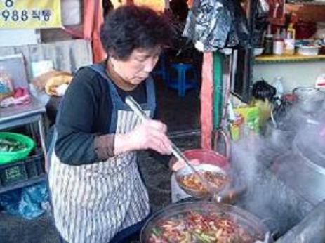 수구레 국밥을 토렴 하고 있는 이상선 할머니 이상선 할머니는 올해 25년째 수구레국밥집을 열고 있다. 근데 수구레국밥의 비법은 정성들이는 토렴에 있다고 한다.