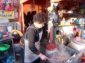수구래국밥을 끓이는 이상선 할머니 장날이면 하루에도 몇 솥을 끓여내는지 모른다.