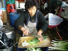 파를 다듬고 있는 할머니 수구레국밥의 맛을 내는 일등 양념을 대파다.