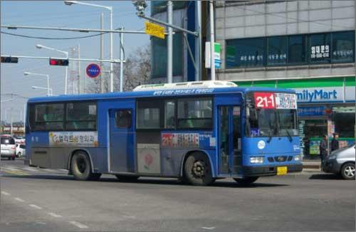 21-1번 시내버스 인천광역시는 그 동안 서울특별시 및 경기도와 버스에 대한 교류가 많지 않던 광역지자체였다. 광역버스, 좌석버스 및 인천광역시 경계와 500m 이내인 송내역 남광장으로 진입하는 버스를 제외한 시내버스면허 버스 중 타 시도를 오가는 인천버스는, 17번(김포 사우), 21-1번(시흥 월곶), 22번(시흥 신천, 은행), 78번(김포공항, 송정역)과 80번(부천 약대동, 중동, 송내역, 역곡), 87번(부천 송내역)이 전부였다. 그렇기에 타 시도를 오가는 인천시민은 상대적으로 많은 대중교통요금을 부담해야했던 것이 사실이다. 7월의 수도권통합요금제 참여는 이런 시민들의 부담을 줄여줄 것이다.