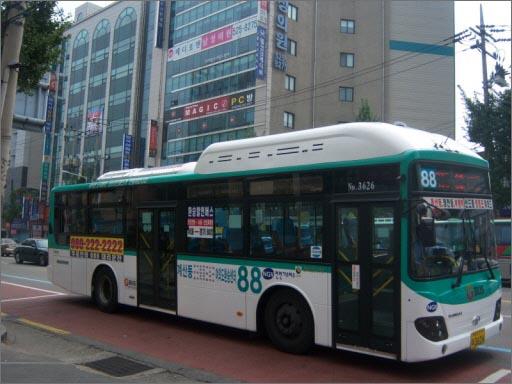 88번 시내버스 부천 대장동공영차고지를 출발해 인천 계산동, 작전역, 청천동, 부평역, 일신동 및 부천 송내동, 부천역, 역곡역, 서울 오류동역, 신도림역, 영등포 등을 거쳐 여의도에서 회차하는 88번 시내버스. 이 노선은 장거리 승객도 많지만, 인천 내 구간 승객이 많기로도 유명하다. 인천 간선버스를 타고 인천지하철을 타면 450원의 요금을 할인받고, 인천 간선버스를 타고 경인전철을 타면 두 차례 각각 요금을 내야 하지만, 경기도 시내버스인 88번을 타고 인천지하철 및 경인전철을 타면 수도권통합요금제의 적용을 받아 통합 요금처리가 되기 때문이다. 하지만 오는 7월부터는 이러한 '어처구니없는' 현상도 사라질 전망이다. 7월부터 인천광역시 시내버스도 수도권통합요금제에 참여하기 때문이다.