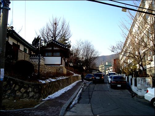 향교는 아파트와 빌라 등 주택들 사이에 숨어있다.