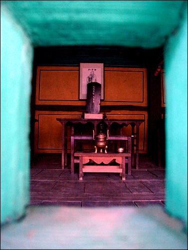 대성전 창문틈 사이로 공자의 초상과 위패를 볼 수 있었다.