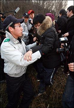1일 오후 경기 서남부 연쇄살인범 강모씨가 경기도 화성시 비봉면 삼화리 야산에서 부녀자를 살해한 뒤 시신을 유기하는 현장검증을 실시한 가운데, 유가족들이 강모씨가 타고 있는 경찰호송차로 몰려가자 경찰이 가로막고 있다.