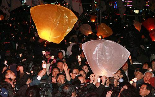 '폭력살인진압 규탄 및 MB악법 저지를 위한 국민대회' 참가자들이 철거민 희생자들을 애도하고 반MB악법을 저지하겠다는 기원을 담아 풍등을 띄워 올리고 있다.